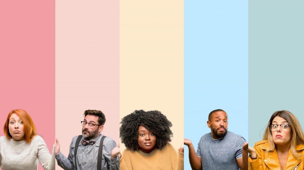 unsichere Leute vor farbigem Hintergrund